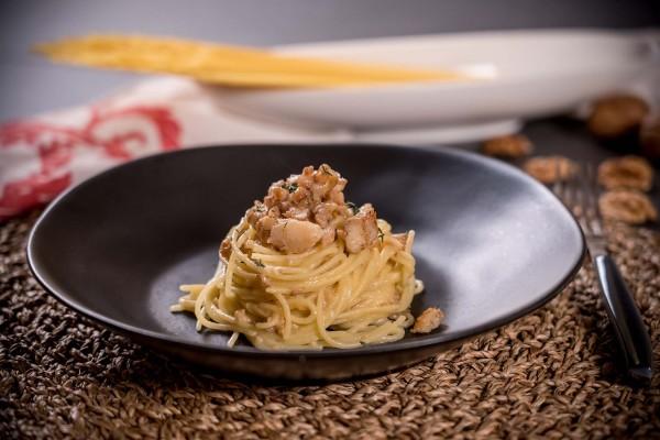 Spaghetti con baccalà e noci