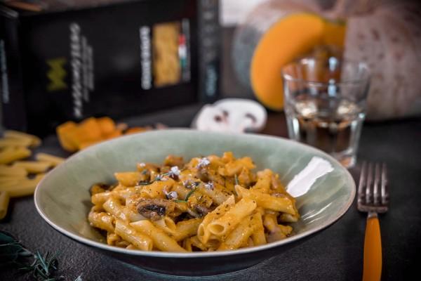 Penne con funghi, crema di zucca e formaggio